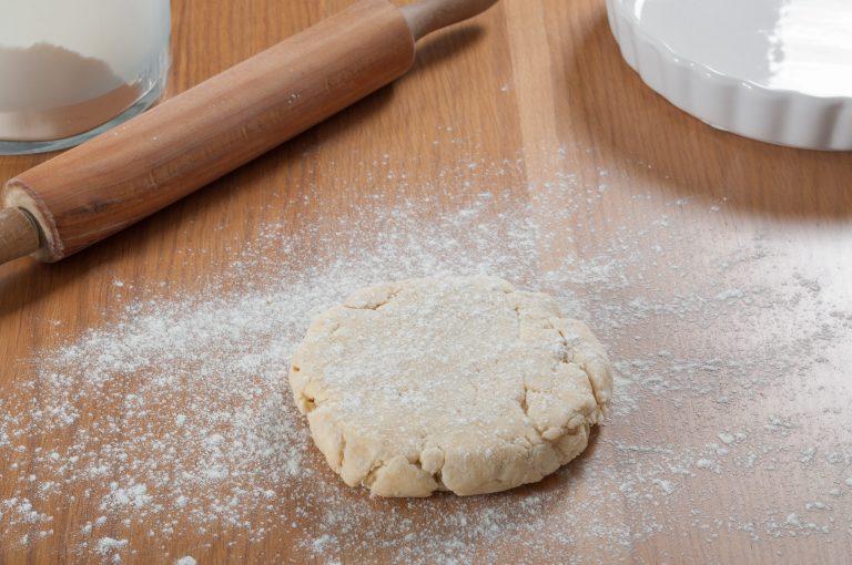 Тестото се поставя върху леко набрашнена повърхност