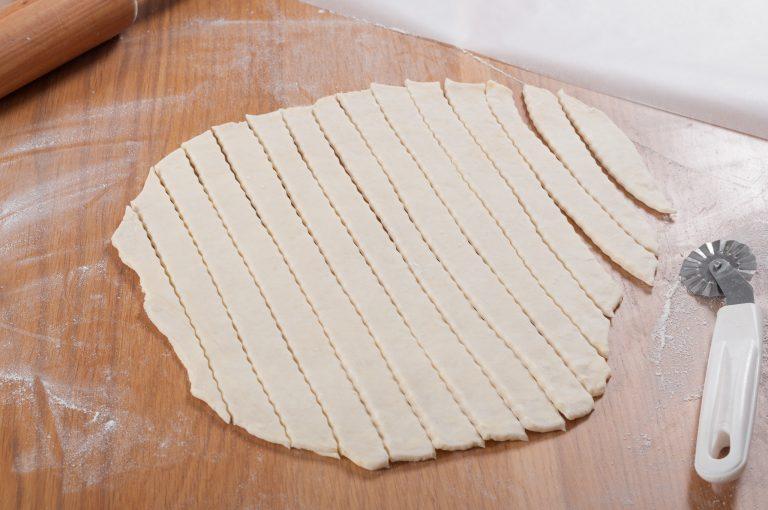 Изрязване на ленти от разточеното тесто