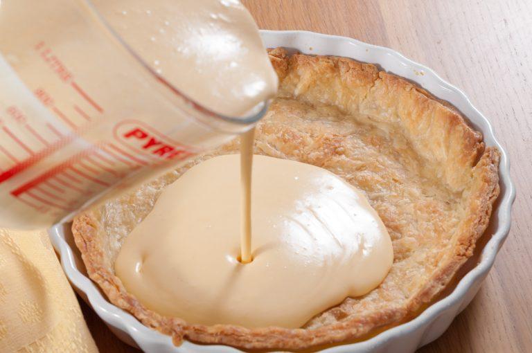 Напълване на предварително изпечено тесто със смес, която ще се пече