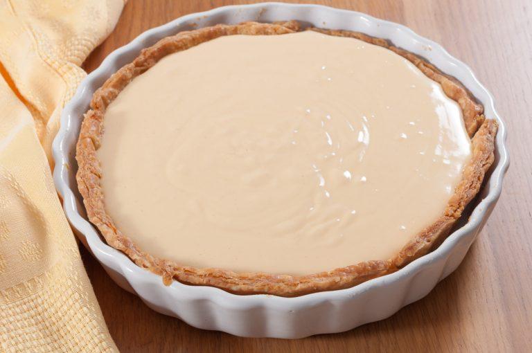 Напълненото предварително изпечено тесто със смес, която ще се пече