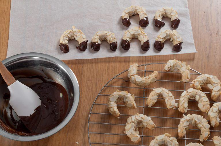 Потапяне на краищата на рогчетата в шоколад