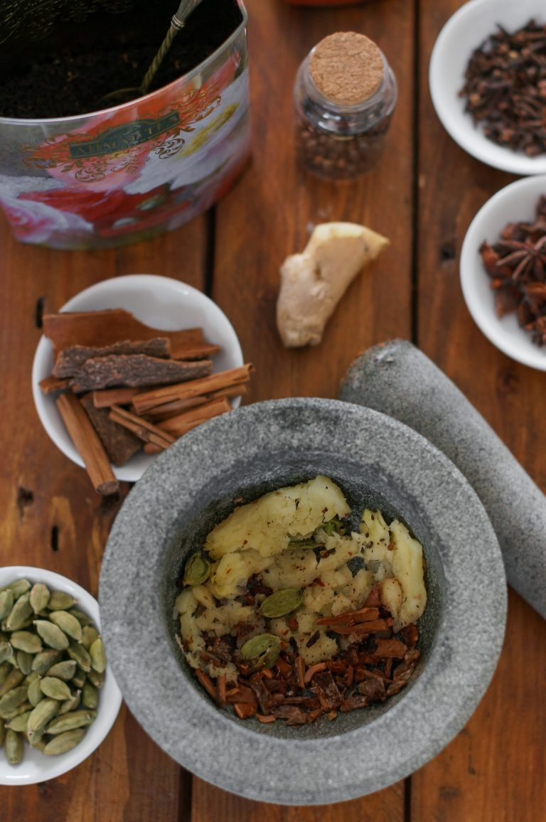 Счуканите подправки за масала чай