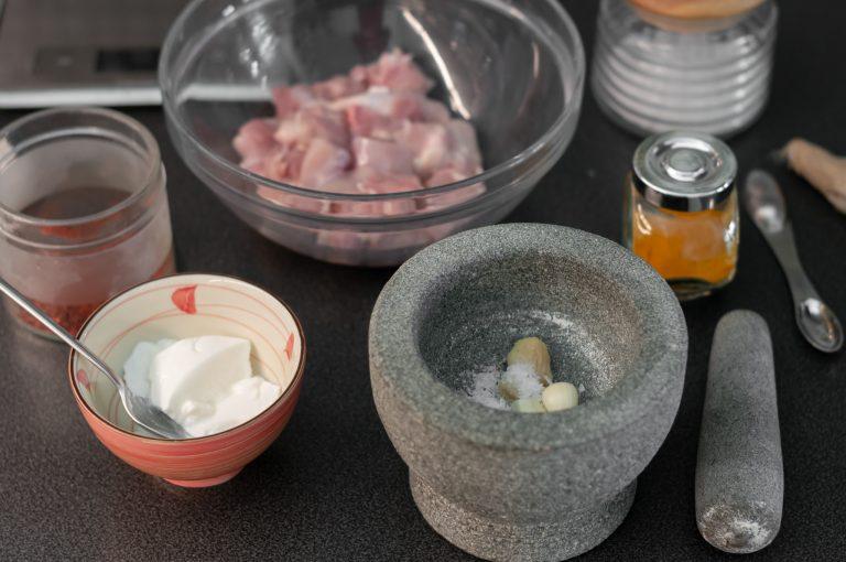 В хаван се смесват джинджифилът, чесънът и сол