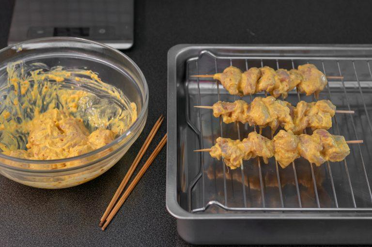 Маринованото пилешко месо се нанизва на шишчета