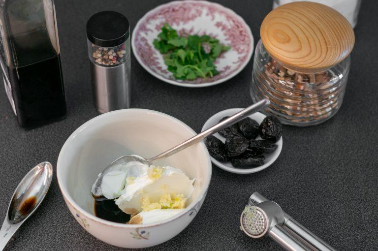 Приготвяне на млечно-чесновия сос