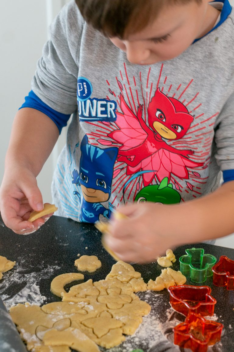 Даниел изрязва форми от тесто за кулуракя