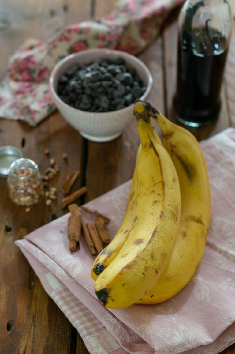 Банани, канела, махлеб, ванилия и шоколадови парченца за бананов кейк с шоколад