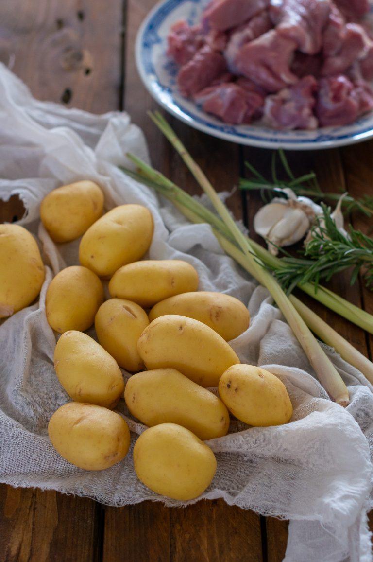 Агнешко месо от бут, пресни картофи, розмарин, чесън и лимонена трева