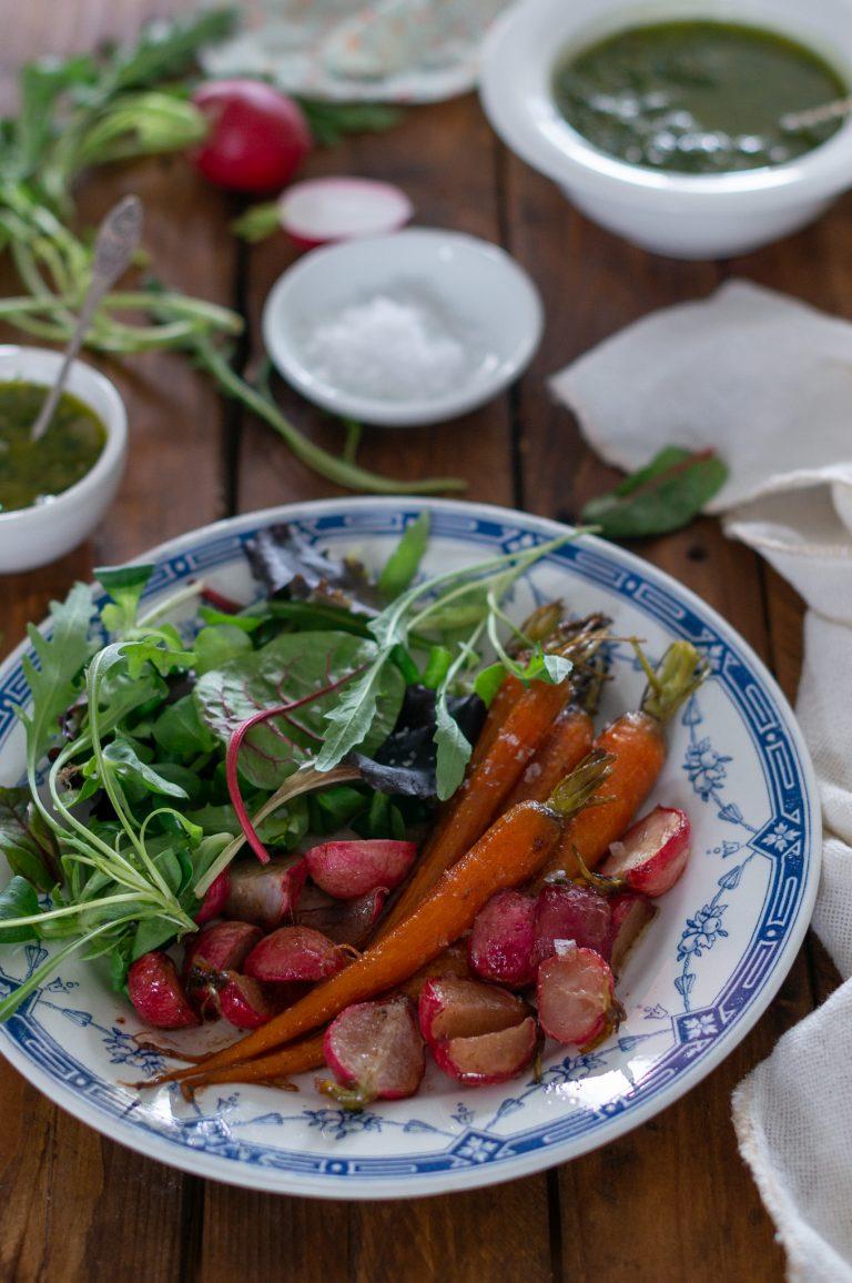 Карамелизирани пролетни моркови и репички със салса верде