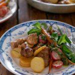 Агнешко с пресни картофи, карамелизирани моркови с репички и рукола, салса верде