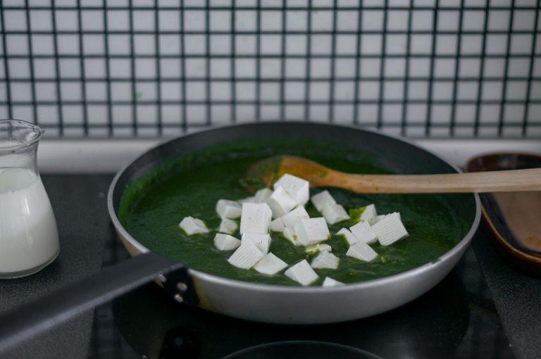 Добавяне на сиренето към спаначената смес