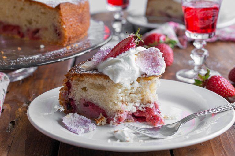 Лесен сладкиш с ягоди приготвен с прясно мляко