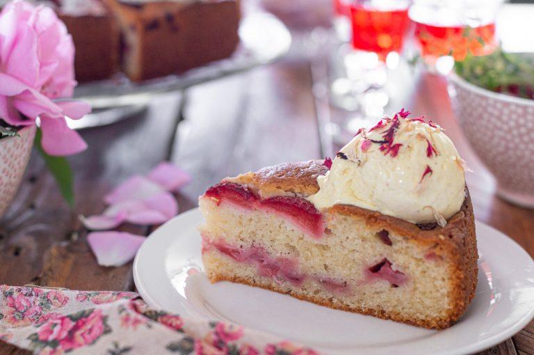 Лесен сладкиш с ягоди гарниран с ванилов сладолед