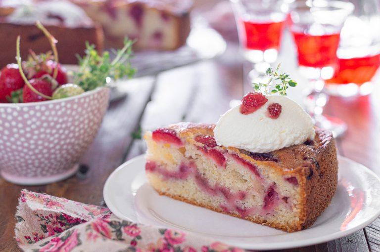 Лесен сладкиш с ягоди приготвен със заквасена сметана