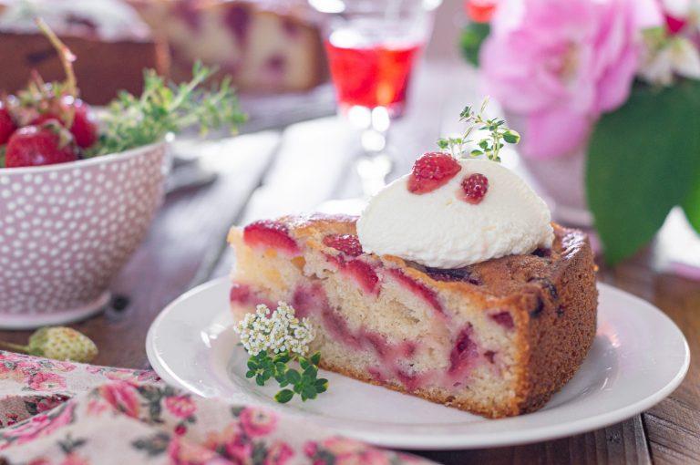 Лесен сладкиш с ягоди гарниран със сметана и захаросани розови листенца