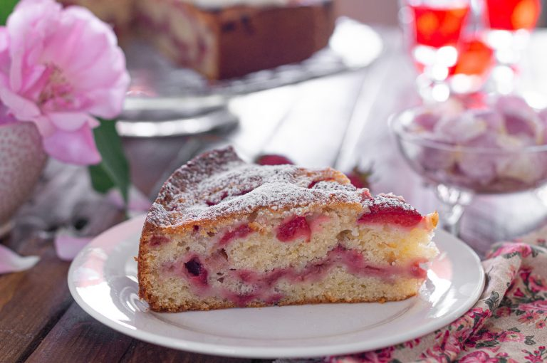 Лесен сладкиш с ягоди поръсен с пудра захар