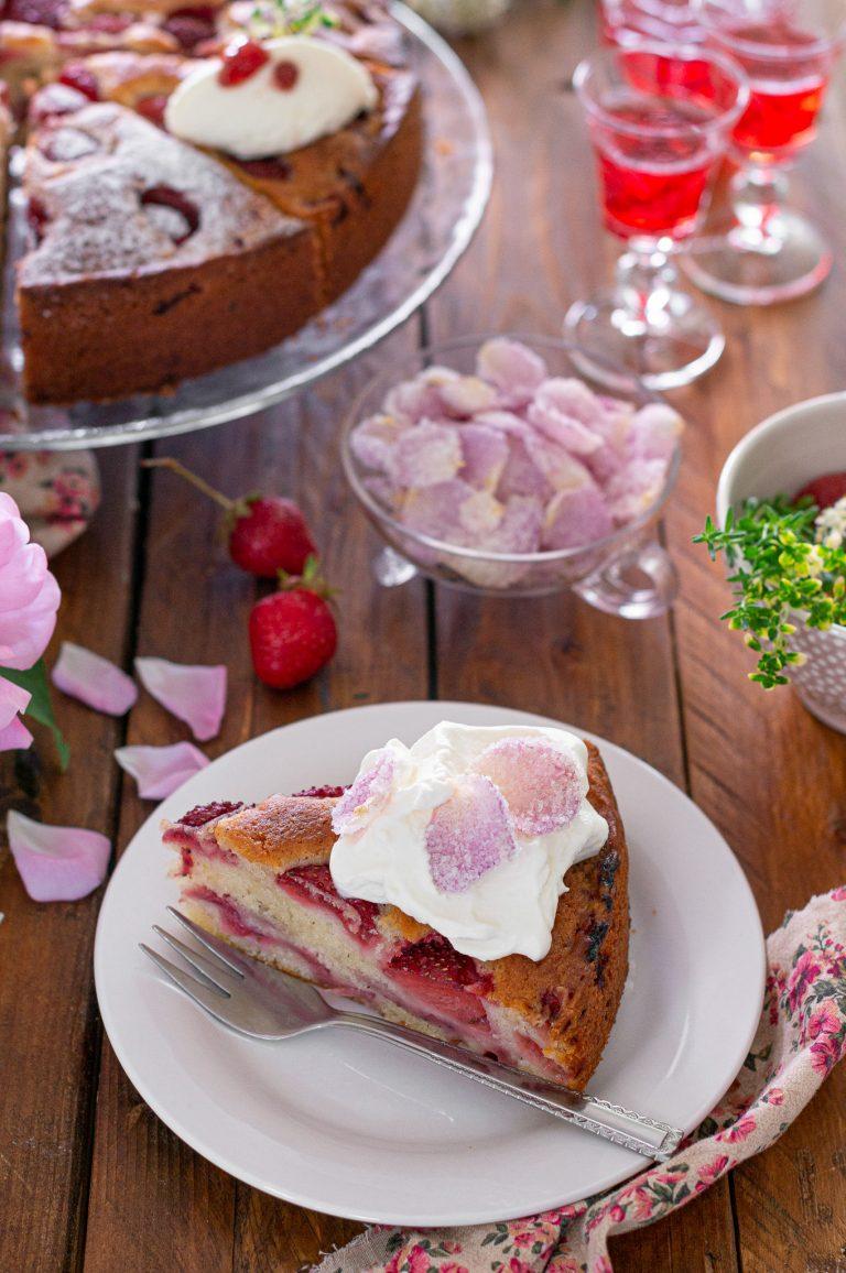 Лесен сладкиш с ягоди и рози