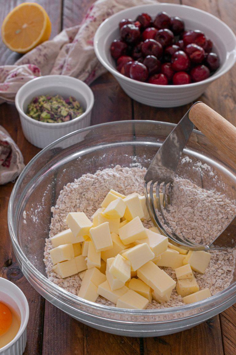 Приготвяне на тестото за овесени барчета с череши