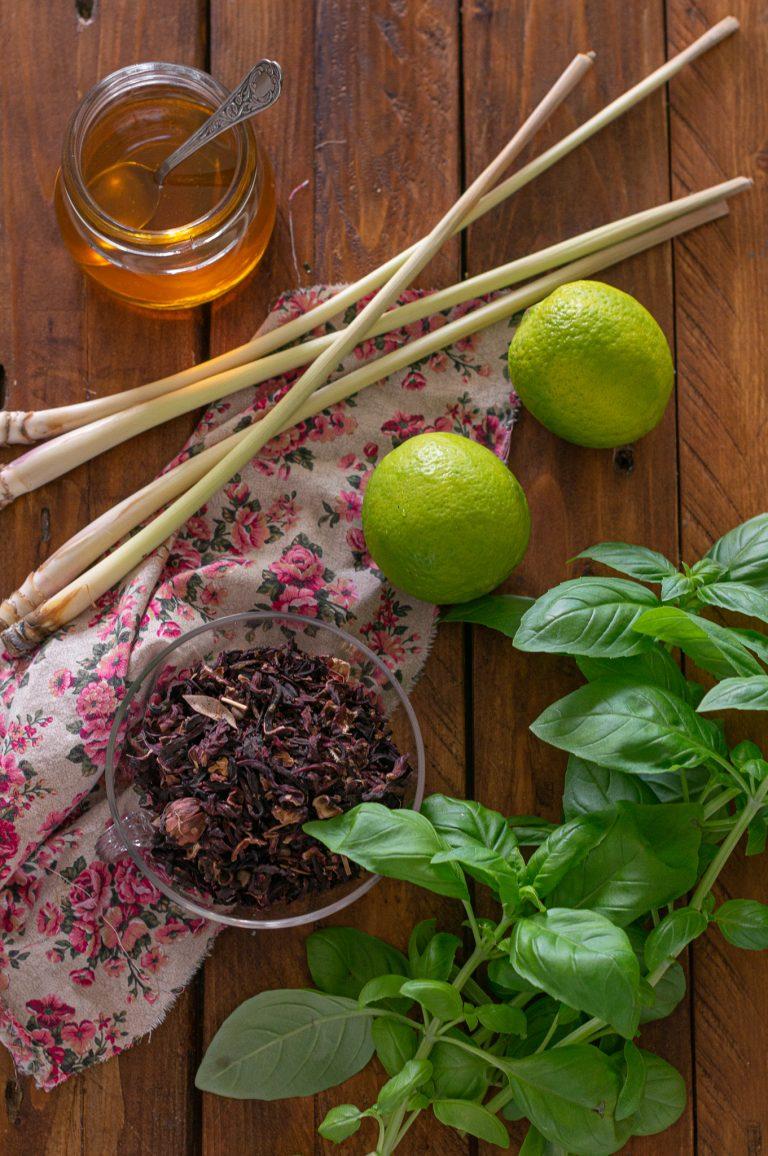 Изсушени венчелистчета хибискус, лимонена трева, мед, лайм и босилек