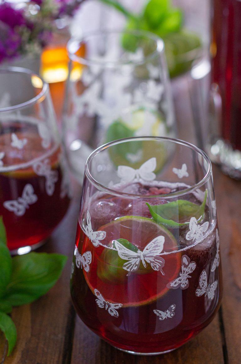 Студен чай от хибискус с лимонена трева, босилек и мед