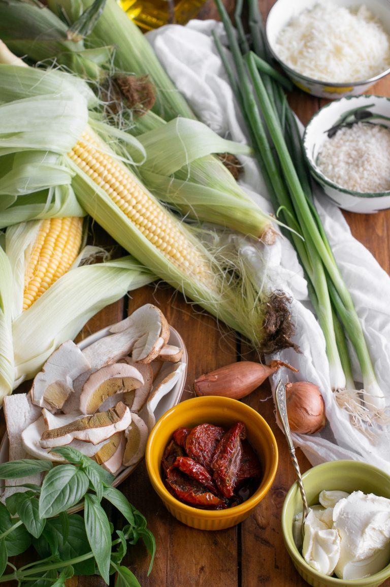 Млечна царевица, пресни манатарки, сушени домати, маскарпоне, босилек, пресен лук и настъргани сирена за лодки от царевица