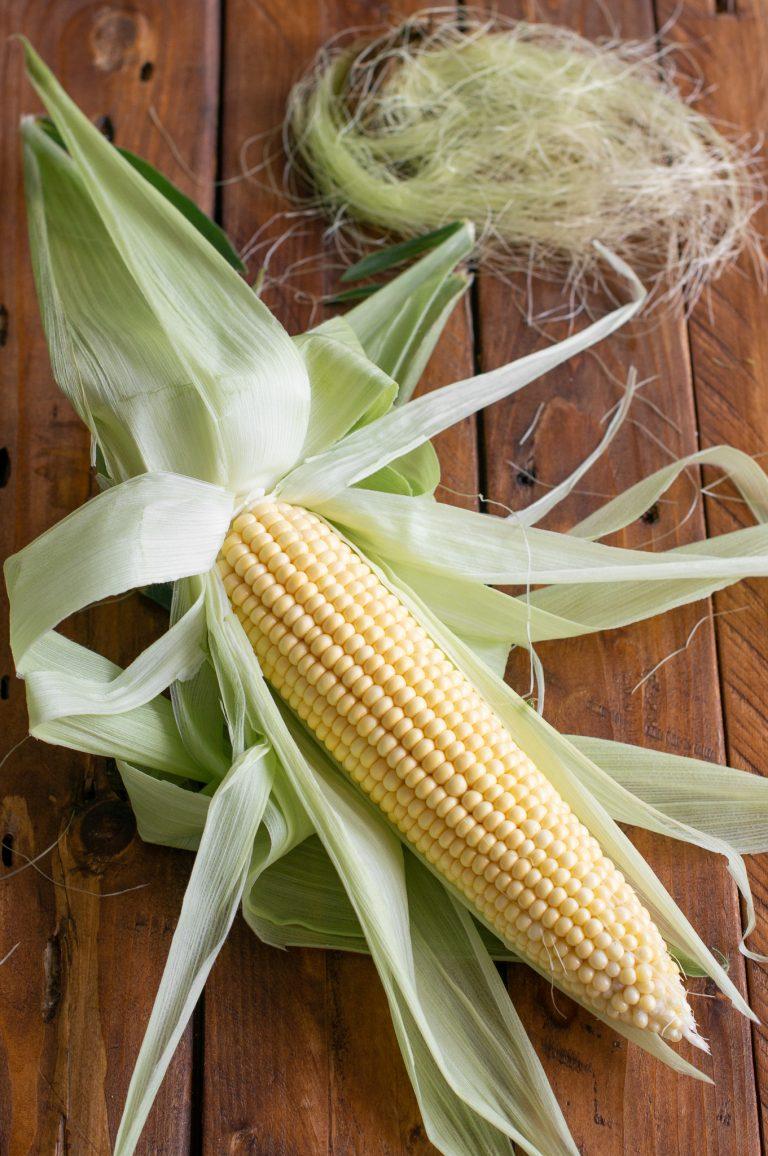 Листата на кочана царевица се издърпват надолу, без да се късат