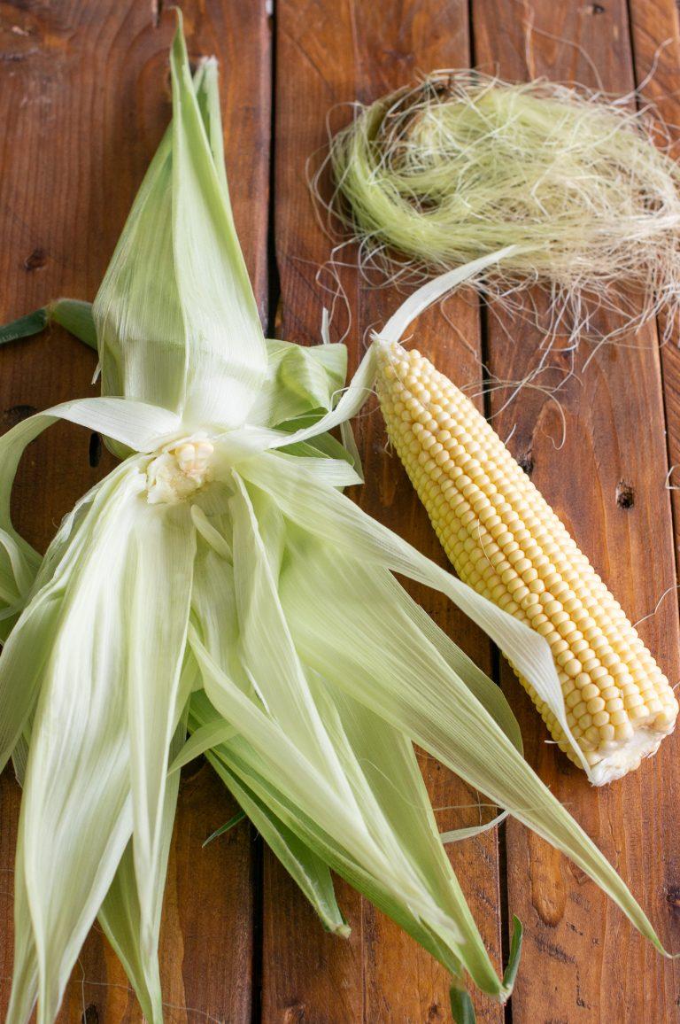 Кочанът царевица се отделя от листата