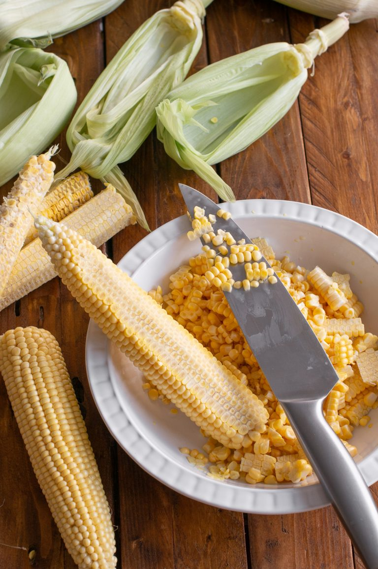 Зърната царевица се изрязват от кочана с нож