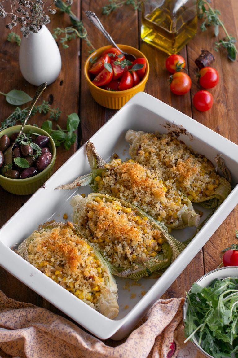 Изпечените лодки от царевица с манатарки, сушени домати, босилек и сирена