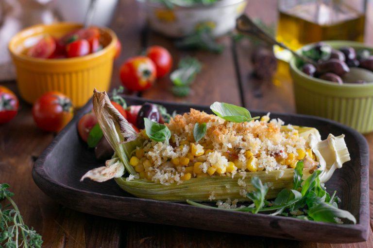 Лодки от царевица с манатарки, сушени домати, босилек и сирена