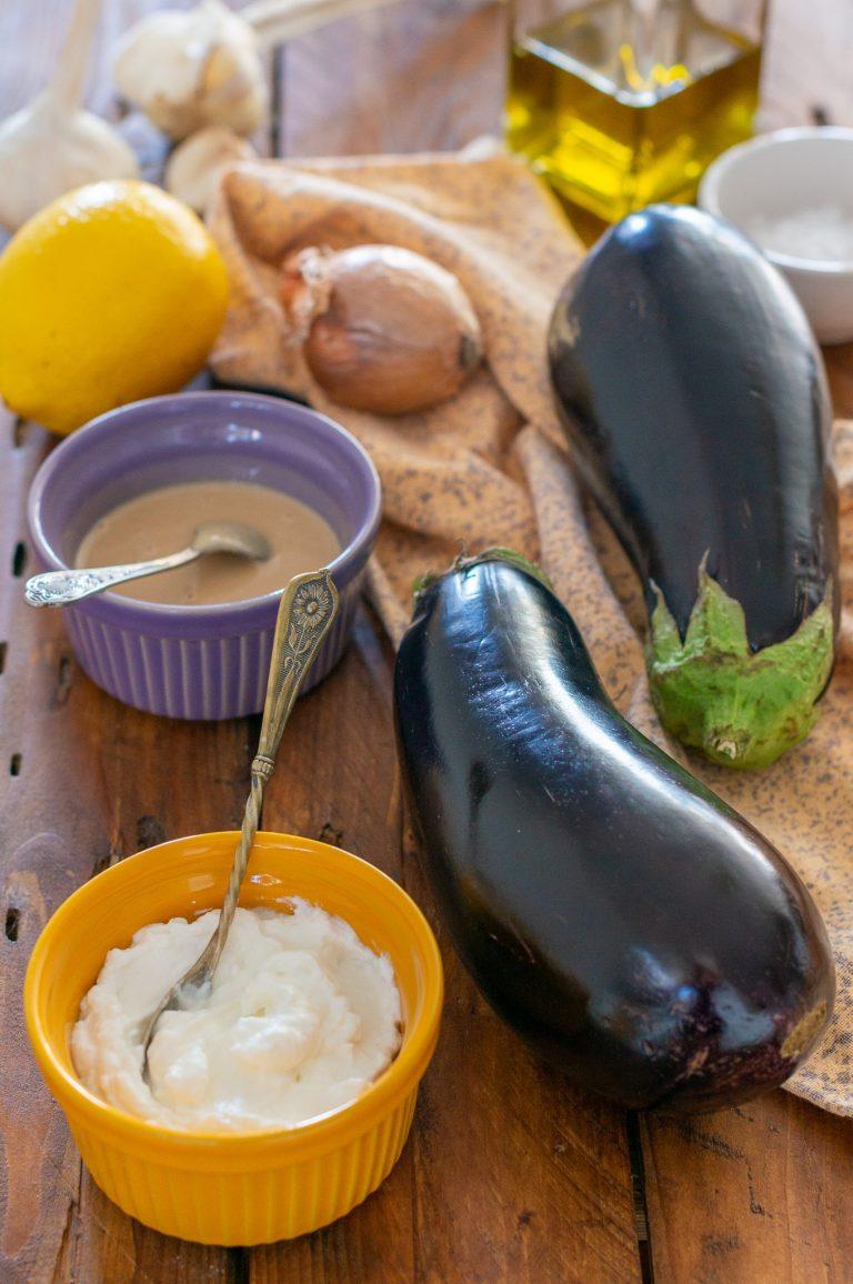 Патладжани, цедено кисело мляко, сусамов тахан, лимон, чесън, лук и зехтин за приготвяне на мутабал