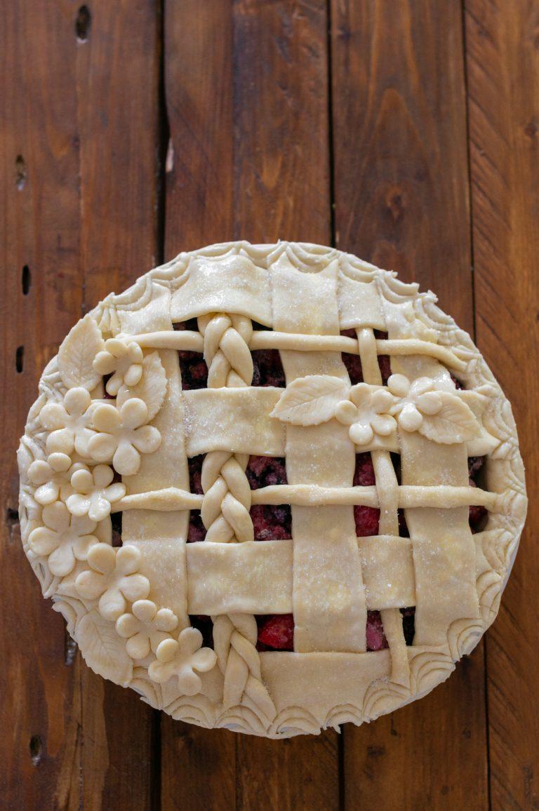 Декоративна решетка върху пай с горски плодове