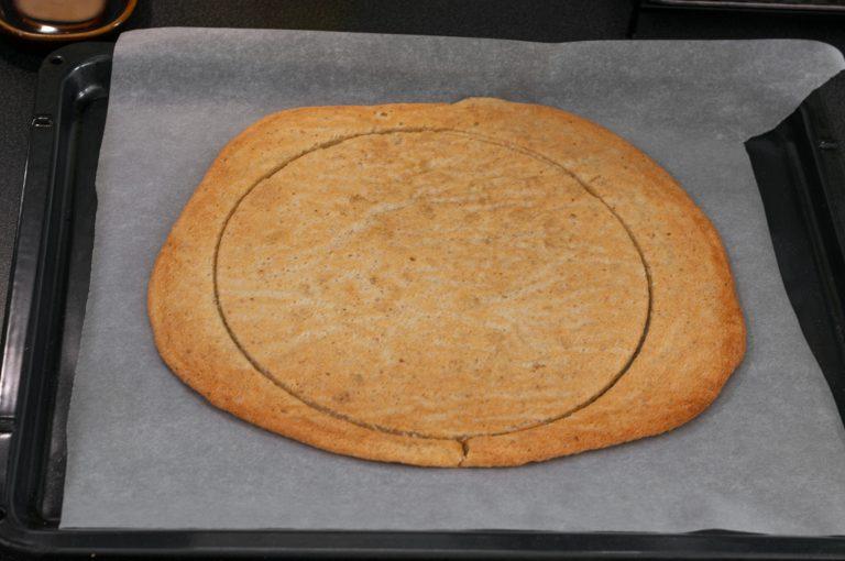 Изрязване на кръг с диаметър 26 см от изпечения лешников дакоаз