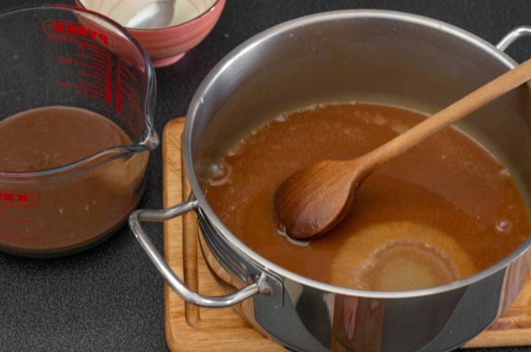 Добавяне на желатин към тофи карамела