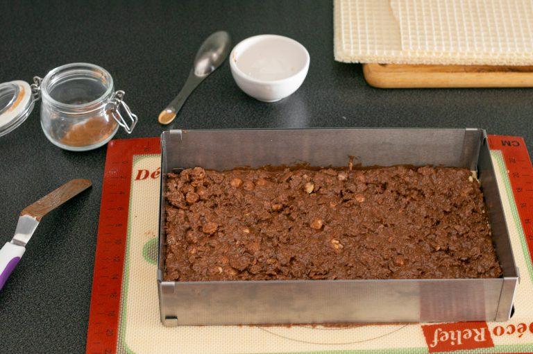 Приготвяне на шоколадовата декорация с вафлени кори