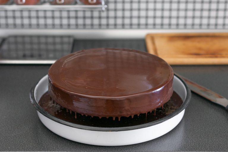 Заливане на тортата с шоколадовата глазура