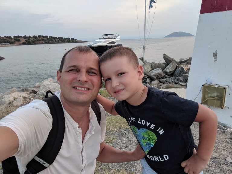 Даниел с Вальо на фона на морето