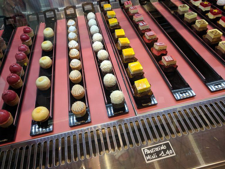Различни видове петифури в сладкарница в Милано