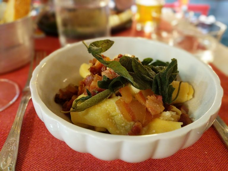 Типичната за района на Бергамо пълнена прясна паста, сервирана с хрупкава панчета и салвия