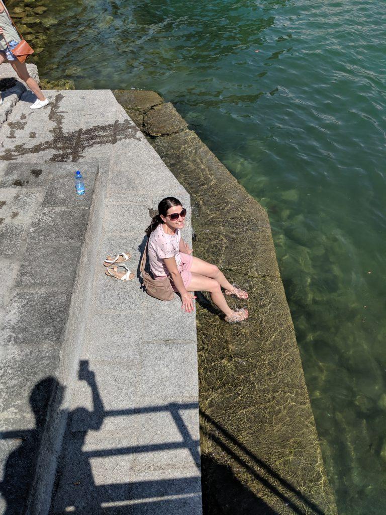 Аз, потопила крака е студената вода на Изео, разхлаждам се и си мисля за хубави неща.