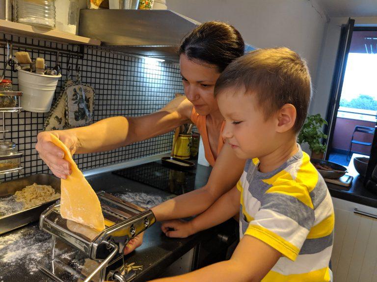 С Даниел точим тесто за паста