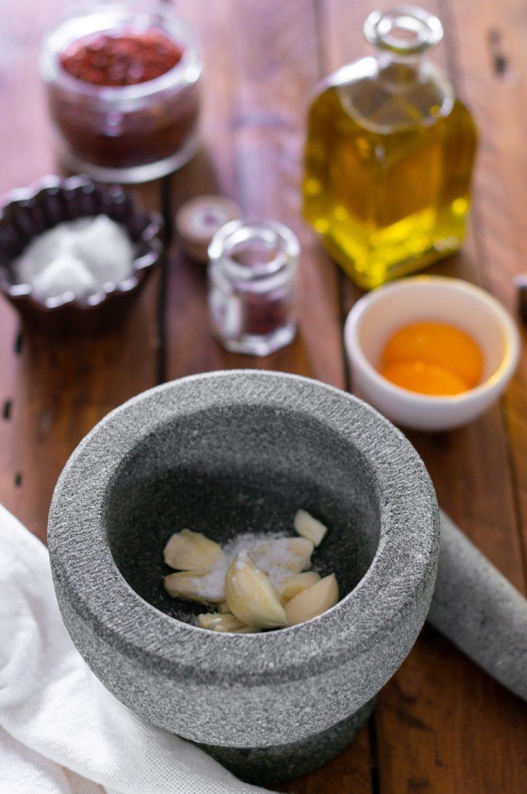Приготвяне на сос Руй - скилидките чесън се пресоват със солта