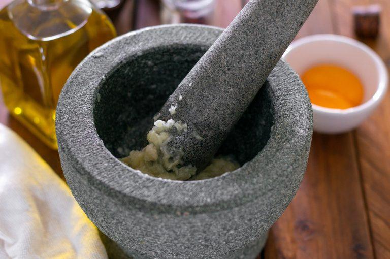 Приготвяне на сос Руй - стритият чесън със солта