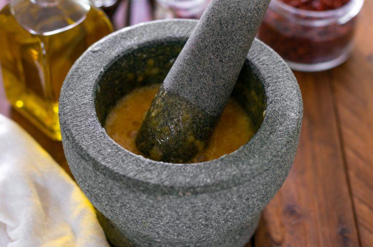 Приготвяне на сос Руй - разбъркване на стрития чесън с жълтъците