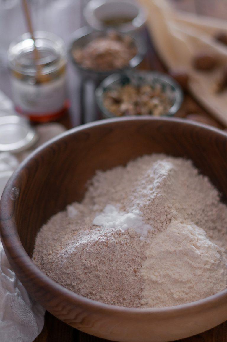 Брашно от кестени, пълнозърнесто пшенично брашно и бяло брашно, необходими за приготвяне на хляба