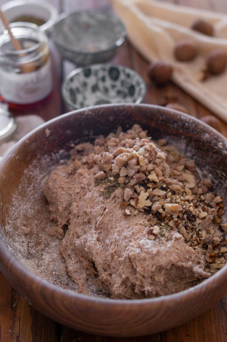 Добавяне на орехите и розмарина към тестото за хляба
