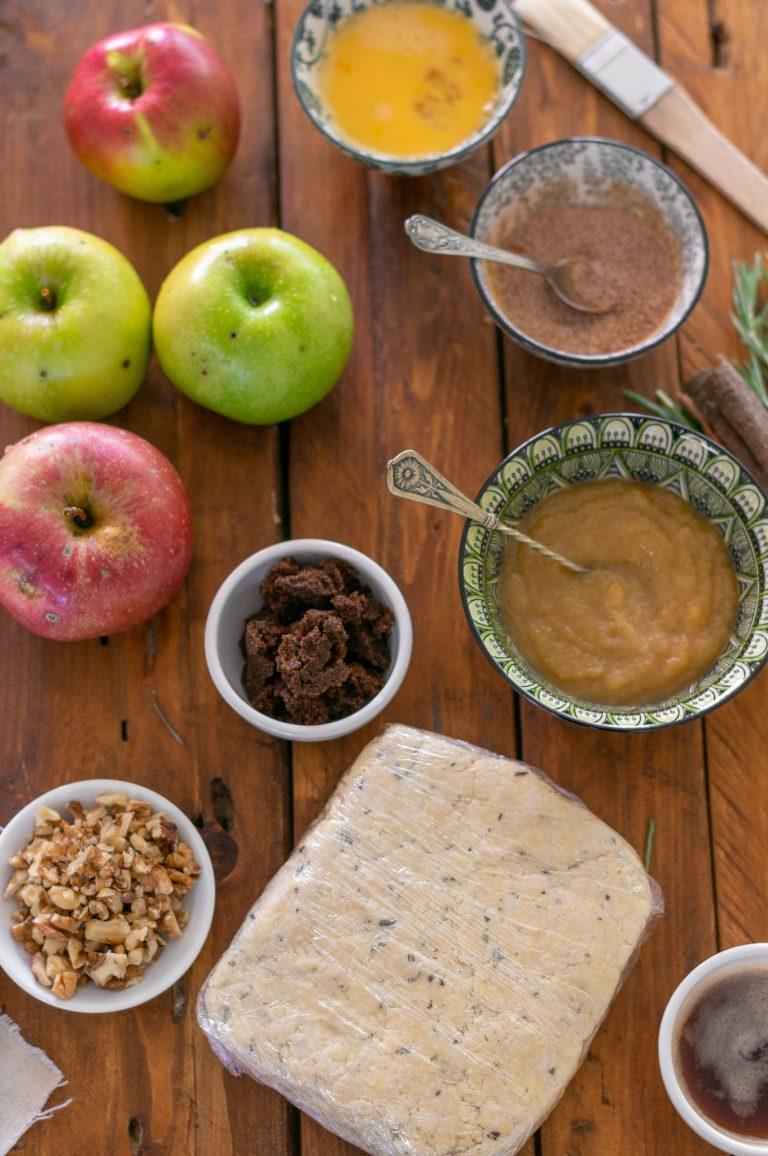 Ронливо тесто с чедар, ябълково пюре, орехи, кафяво масло и пресни ябълки за галет