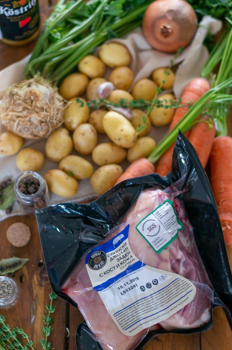 Заден свински джолан с кост и кожа и необходимите продукти за рецептата