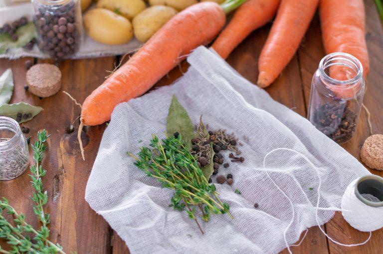 Приготвяне на пакетче с ароматни билки и подправки