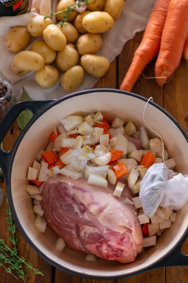 Приготвеният за сваряване свински джолан със зеленчуци и подправки